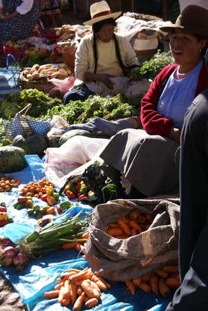 クスコ、ペルー 2008 年 8 月 24 日 - ケチュア語インド女性バーゲンし、ペルーのクスコの近くピサク市場で野菜を販売