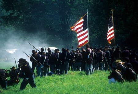 SEATTLE - JUL 10 - Unie infanterie lijn branden op het bevorderen van Confederate soldaten, tijdens een burgeroorlog de strijd weer invoeren op 10 juli 1996 in de buurt van Seattle. Redactioneel