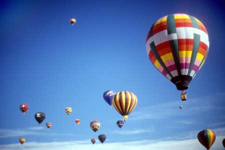 Hete lucht ballonnen tegen blauwe hemel, International Balloon Festival, Albuquerque, New Mexico