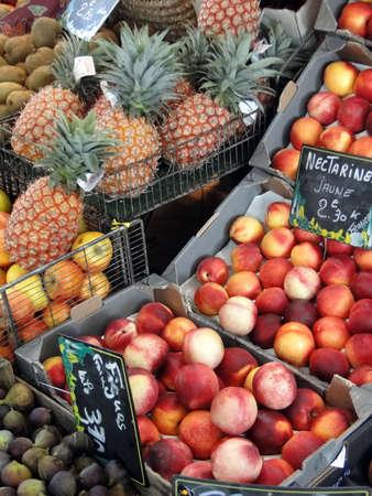 パイナップル、ネクタリン、フィジャック、フランス市場で他のフルーツ 報道画像