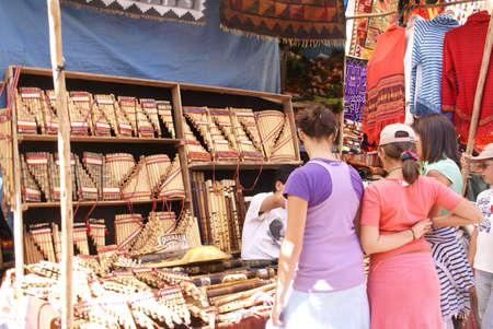 sunday market: CUSCO, PER� 24 de agosto 2008 - Las mujeres j�venes que consideran Inca flauta de pan en el mercado de Pisac el domingo cerca de Cuzco, Per�.