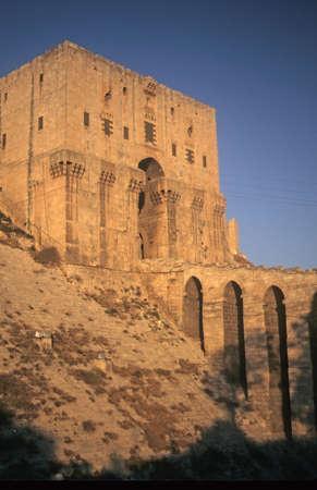 Entree toren gracht van de Citadel, Aleppo, Syrië, Midden-Oosten