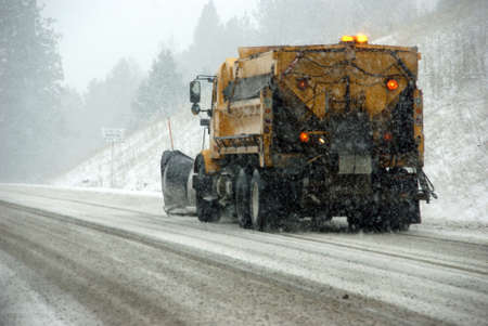 동부 오리건에서 겨울 폭풍 동안 얼음 도로 제설 트럭 스톡 콘텐츠