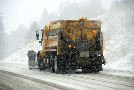 동부 오 레 곤에서 겨울 폭풍 동안 얼음 도로에 Snowplow 트럭