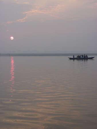 日の出、バラナシ、インドのガンジス川のボートします。 写真素材 - 12142181