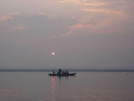 日の出、バラナシ、インドのガンジス川のボートします。