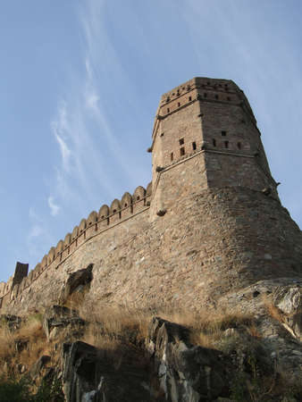 rajput: Fortified walls of  Kumbhalgarh Fort in  Rajasthan,  India, Asia                            Stock Photo
