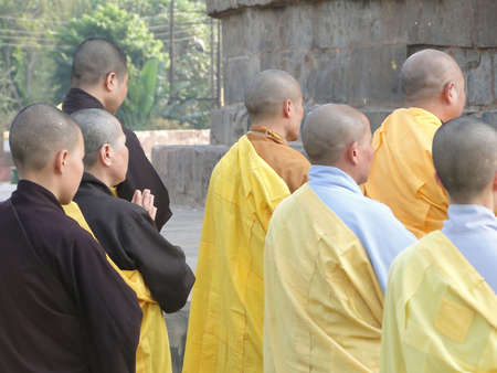 rituales: Sarnath INDIA - 6 NOV 2009 - los monjes y monjas japoneses realizan rituales budistas en la Stupa Dharmeka en Sarnath, India, el 6 de noviembre de 2009.