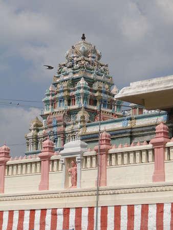 神々 & amp、カーンチー プラム、インドの寺院の外観上の女神のカラフルな彫刻