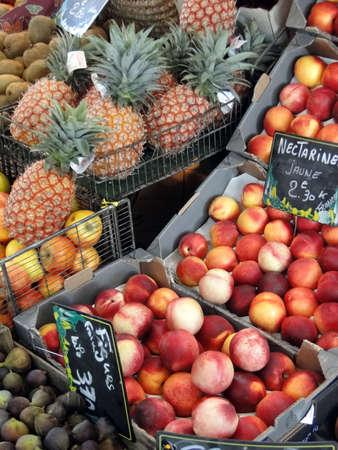 パイナップル、ネクタリン、フィジャック、フランス市場で他のフルーツ 写真素材