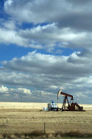Oil well,on open prairies, with big blue sky Alberta,Canada   Banco de Imagens