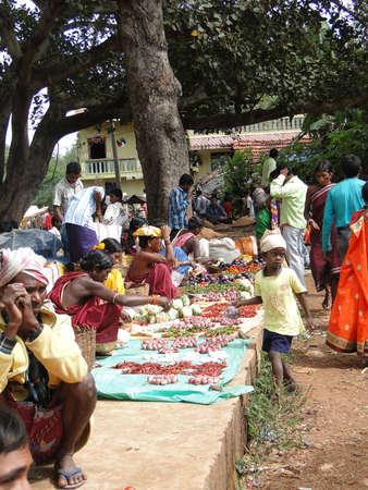オリッサ州、インド - 11 月 13 日 - 村人は、2009 年 11 月 13 日、インド ・ オリッサにおける上毎週市場で野菜を販売. 写真素材 - 13386596