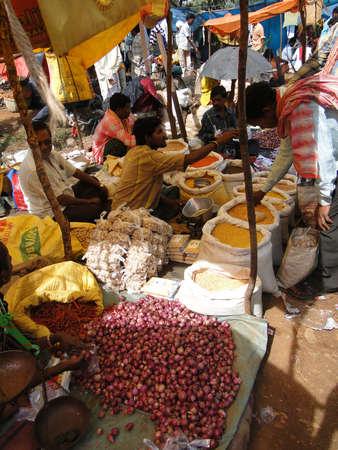 オリッサ州、インド - 11 月 13 日 - 村人は、2009 年 11 月 13 日、インド ・ オリッサにおける上毎週市場で野菜を販売. 写真素材 - 13386593
