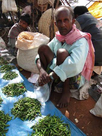 オリッサ州、インド - 11 月 13 日 - 村人は、2009 年 11 月 13 日、インド ・ オリッサにおける上毎週市場で野菜を販売. 写真素材 - 13413439
