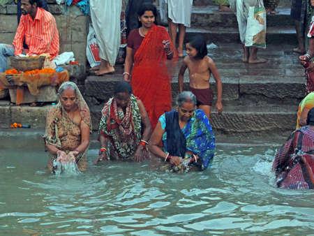 Varanasi, en Inde - Nov 6 - hindous effectuer puja rituel à l'aube dans le Gange le 6 nov 2009, à Varanasi, en Inde. Banque d'images - 13386561