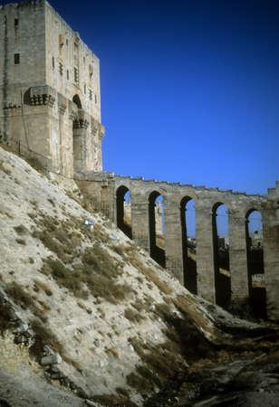 Entree toren gracht van Citadel, Aleppo, Syrië, het Midden-Oosten
