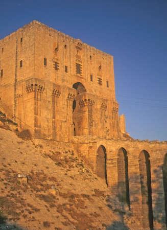 Entree toren en slotgracht van Citadel, Aleppo, Syrië, het Midden-Oosten