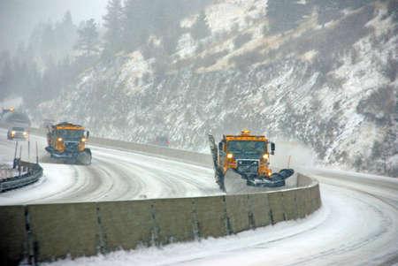 눈 쟁기는 동부 오리건에서 겨울 폭풍 동안 열려 도로를 유지 스톡 콘텐츠