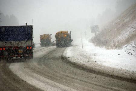 스노우 쟁기는 동부 오레곤에서 겨울 폭풍우 동안 도로를 열어 두었습니다. 스톡 콘텐츠