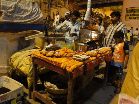 Varanasi, Indien - NOV 5 - Peoeple auf den Ghats versammeln sich in der kühlen Abend am Nov 5, 2009, in Varanasi, Indien. Standard-Bild - 15927468