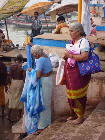 hindues: VARANASI, INDIA - 06 de noviembre - hind�es realizan puja ritual en el amanecer en el r�o Ganges el 6 de noviembre de 2009, en Varanasi, India.