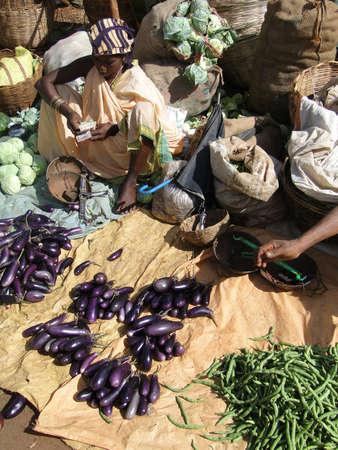 オリッサ州、インド - 11 月 13 日 - 村人は、2009 年 11 月 13 日、インド ・ オリッサにおける上毎週市場で野菜を販売. 写真素材 - 15927551