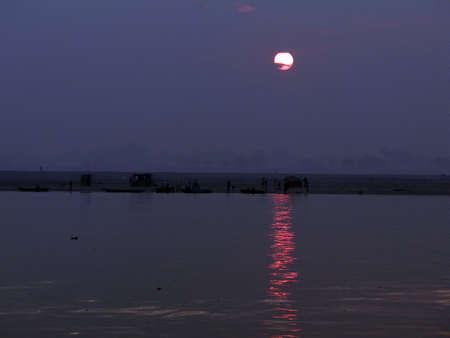 Boot op de Ganges bij zonsopgang, Varanasi, India Stockfoto - 15928069