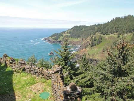 岩の岬とオレゴン州の海岸に沿ってサーフィン