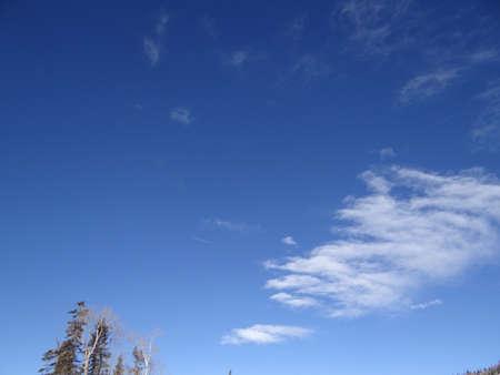 Las nubes altas, cielo azul, frío día de invierno en Steamboat Springs, Colorado Foto de archivo - 17810963