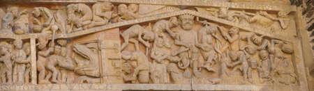 Juicio Final tallado que muestra las torturas y las penas del infierno, desde el siglo 13, la Abad�a de la Iglesia de Santa F�, Conques, Francia Foto de archivo - 18018046