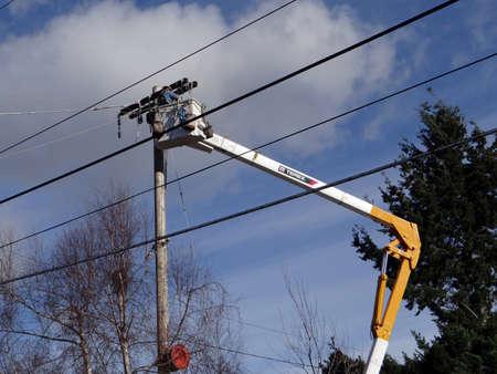 zastąpić: SEATTLE - FEB 7 - Seattle City Light workmen replace an aging utility pole as part of a city wide project to improve electrical reliability,  on Feb 7, 2013 in Seattle.  Publikacyjne