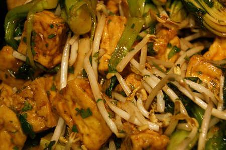 Detail, Wokken tauge, tofu en paksoi in een gietijzeren pot