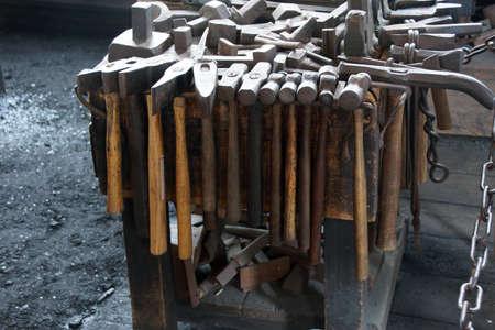 smithy: Attrezzi del fabbro nella fucina baleniera solo 19 � secolo ancora in funzione. Old Mystic Seaport, Connecticut