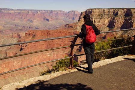 Toeristen genieten van het uitzicht op de South Rim, in het Grand Canyon National Park, Arizona