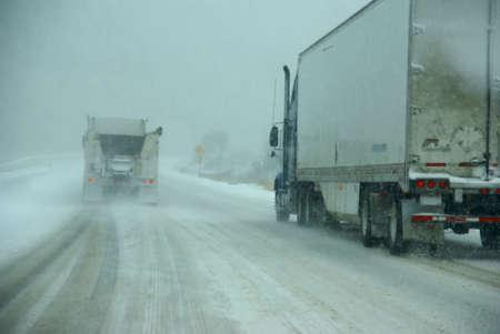 Vrachtwagens op de winter weg tijdens sneeuwstorm, Oregon, Pacific Northwest