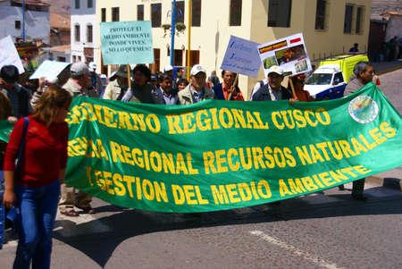生態、クスコ、ペルー、南アメリカを支えるパレード デモで旗を運んでいる教師 報道画像