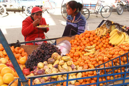 Fruits de wagons, de marché, Huarez, le Pérou, l'Amérique du Sud Banque d'images - 24709162