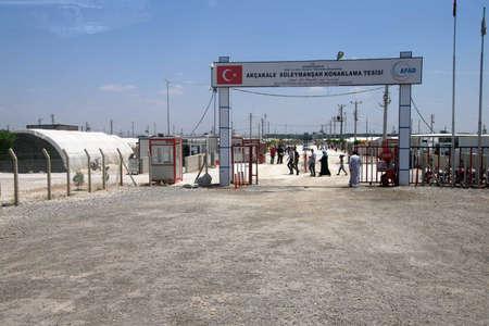 AKCAKALE, TURKIJE - 8 juni 2014 - Mensen voer de Akcakale Syrische vluchtelingenkamp in de buurt van de Syrische grens, in Zuidoost-Turkije, juni 2014