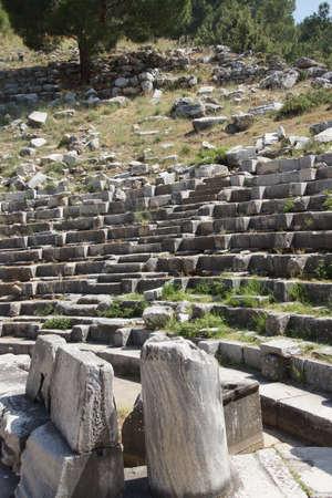 teatro antico: Il teatro antico con file di sedili in pietra, Priene, Turchia Archivio Fotografico
