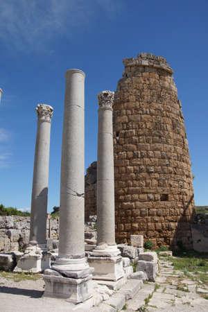 Colonne doriche e ellenistico Porta nella antica città greca di Perge, Turchia Archivio Fotografico - 29883404
