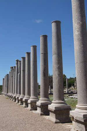 Colonne di marmo doriche delle agorà dell'antica città greca di Perge, Turchia Archivio Fotografico - 29883409