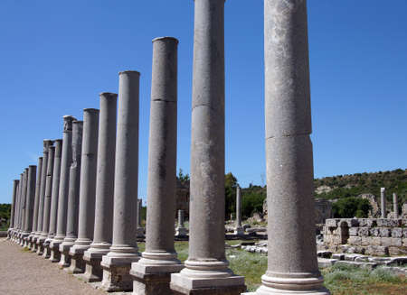 Colonne di marmo doriche dei agorà nell'antica città greca di Perge, Turchia Archivio Fotografico - 29883410