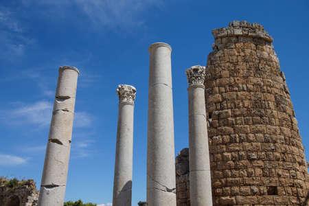 Colonne doriche e il ellenistico Porta della antica città greca di Perge, Turchia Archivio Fotografico - 30006959