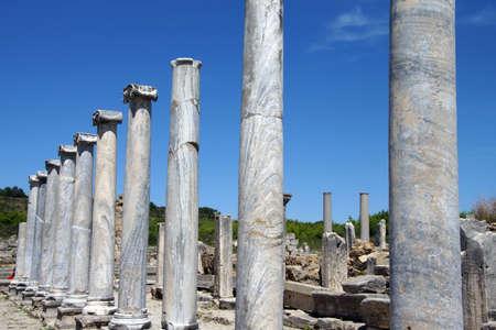 Colonne di marmo doriche delle agorà della città greca di Perge, Turchia Archivio Fotografico - 30061472