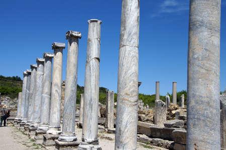 Colonne di marmo doriche delle agorà della città greca di Perge, Turchia Archivio Fotografico - 30239946