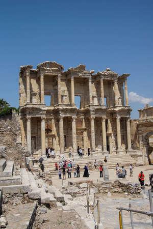 Efeso, in Turchia - 25 maggio 2014 - I turisti esplorare e fotografare la Biblioteca di Celso Efeso, in Turchia Archivio Fotografico - 30266622