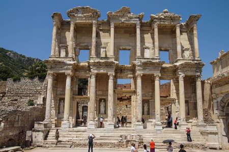 Efeso, Turchia - 25 maggio 2014 - I turisti esplorare e fotografare la Biblioteca di Celso Efeso, in Turchia Archivio Fotografico - 30266623