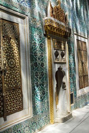 marqueteria: Puertas con incrustaciones y azulejos de mosaico en sombras moteadas en el har�n en el Palacio de Topkapi, en Estambul, Turqu�a