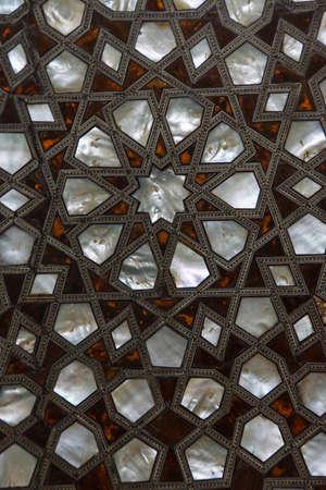 marqueteria: Puerta con madre de incrustaciones de perlas en el har�n en el Palacio de Topkapi, en Estambul, Turqu�a Foto de archivo