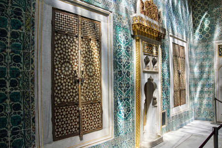 marquetry: Puertas con incrustaciones y azulejos de mosaico en sombras moteadas en el har�n en el Palacio de Topkapi, en Estambul, Turqu�a